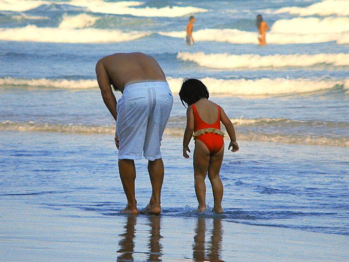 Pai e filha, praia de Pitangueiras, Guarujá – SP